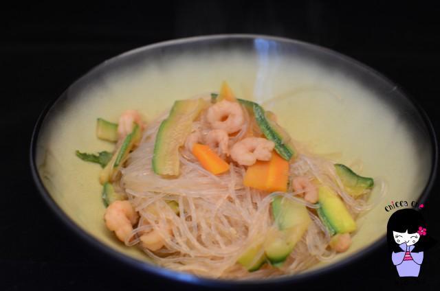 spaghetti soia con verdure e gamberi
